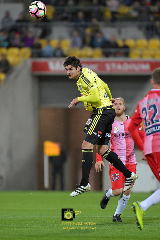 Wellington Phoenix&rsquo;  Guilherme Finkler in action during the A League - Wellington Phoenix v Melbourne City FC at Westpac Stadium, Wellington, New Zealand on Saturday 8 October 2016.<br /> Photo by Masanori Udagawa. <br /> www.photowellington.photoshelter.com.