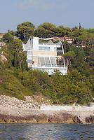 "- southern France , the villa ""Sail House"" in Cap Ferrat, designed by renowned architect Norman Foster....- Francia del sud, la villa ""Sail House"" a Cap Ferrat, progettata dal famoso architetto Norman Foster"