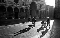 Cremona, piazza del Comune, zona centro. Ombre --- Cremona, del Comune square, downtown. Shadows