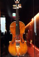 Cremona, Museo del violino e dell&rsquo;arte antica della liuteria. Violino Clisbee del 1669 di Antonio Stradivari<br /> Cremona, Museum of the violin and the ancient art of violin making. Clisbee violin made by Antonio Stradivari in 1669