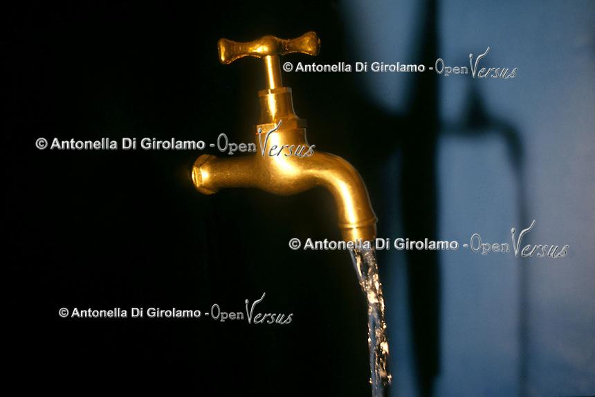 Cibi e bevande. Food and beverages. .Acqua potabile. Potable water....