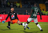 BOGOTA - COLOMBIA, 14-01-2019: Arled Cadavid (Izq) guardavallas del America de Cali disputa balón con Carlos Rivas (Der) Jugador del Atletico Nacional, durante partido entre America de Cali y Atletico Nacionali, por el Torneo Fox Sports 2019, jugado en el estadio Nemesio Camacho El Campin de la ciudad de Bogotá. /Arled Cadavid (L) goalkeeper of America de Cali vies for the ball with Carlos Rivas (R) player of Atletico Nacional during a match between America de Cali and Atletico Nacional, for the Fox Sports Tournament 2019, played at the Nemesio Camacho El Campin stadium in the city of Bogota. Photo: VizzorImage / Diego Cuevas / Cont.