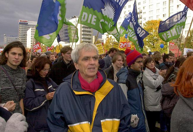 Demonstration gegen den Krieg<br /> Mehrere zehntausend Menschen demonstrierten am Sonnabend den 26. Oktober 2002 in Berlin unter dem Motto &quot;Verhindert den Krieg bevor er beginnt&quot; gegen einen moeglichen Krieg gegen den Irak. Friedensinitiativen in den USA hatten fuer den 26. Oktober zu einem weltweiten Protesttag (Global Action Day) aufgerufen. Die Demonstration in Berlin wurde organisiert von dem Buendnis &quot;Achse des Friedens&quot;.<br /> Hier: Christian Stroebele von Buendnis 90/Die Gruenen.<br /> Berlin, 26.10.2002<br /> Copyright: Christian-Ditsch.de<br /> [Inhaltsveraendernde Manipulation des Fotos nur nach ausdruecklicher Genehmigung des Fotografen. Vereinbarungen ueber Abtretung von Persoenlichkeitsrechten/Model Release der abgebildeten Person/Personen liegen nicht vor. NO MODEL RELEASE! Nur fuer Redaktionelle Zwecke. Don't publish without copyright Christian-Ditsch.de, Veroeffentlichung nur mit Fotografennennung, sowie gegen Honorar, MwSt. und Beleg. Konto: I N G - D i B a, IBAN DE58500105175400192269, BIC INGDDEFFXXX, Kontakt: post@christian-ditsch.de<br /> Bei der Bearbeitung der Dateiinformationen darf die Urheberkennzeichnung in den EXIF- und  IPTC-Daten nicht entfernt werden, diese sind in digitalen Medien nach &sect;95c UrhG rechtlich geschuetzt. Der Urhebervermerk wird gemaess &sect;13 UrhG verlangt.]