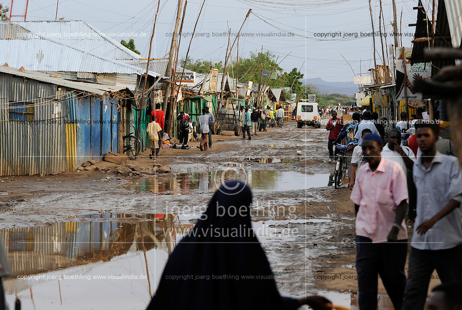 KENIA Fluechtlingslager Kakuma in der Turkana Region , hier werden ca. 80.000 Fluechtlinge aus Somalia Sudan Aethiopien u.a. vom UNHCR versorgt, Somali market / KENYA Turkana Region, refugee camp Kakuma, where 80.000 refugees from Somali, Ethiopia, South Sudan receive shelter and food from UNHCR, Somali market