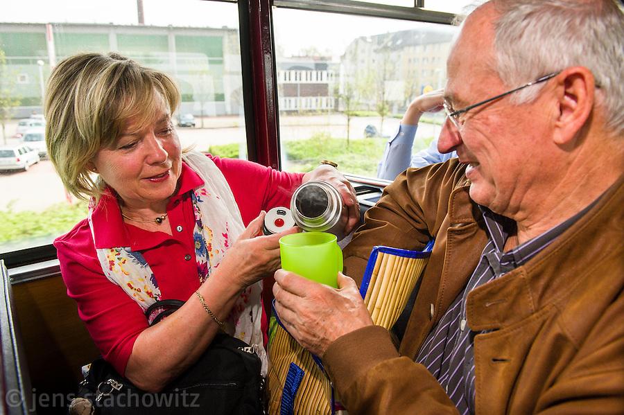 Passengers enjoy their tea. | Die Fahrgäste genießen ihren Tee.