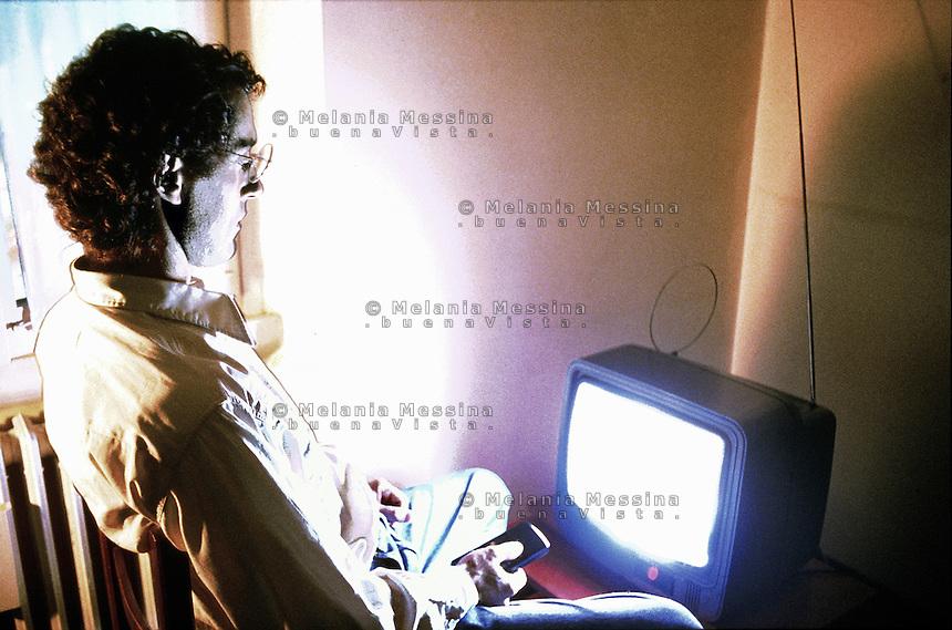A man watching television almost hypnotized.<br /> Un uomo guarda la televisione in uno stato di quasi ipnosi.