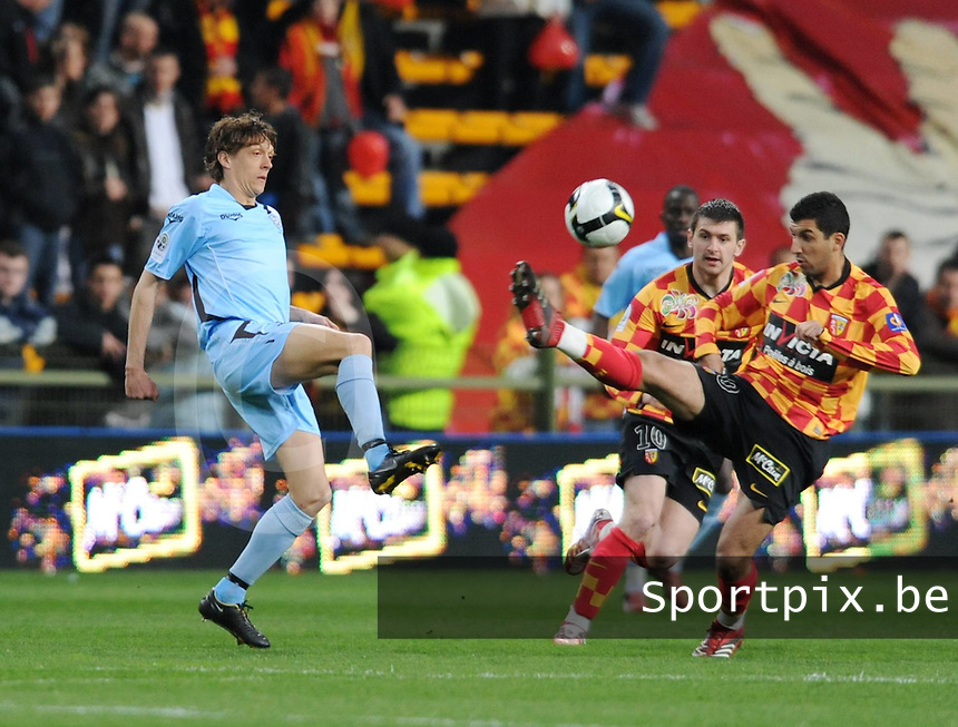 RC Lens - FC Tours..Gaetan Englebert (links) in duel met Adil Hermach (rechts)..foto David Catry  / VDB