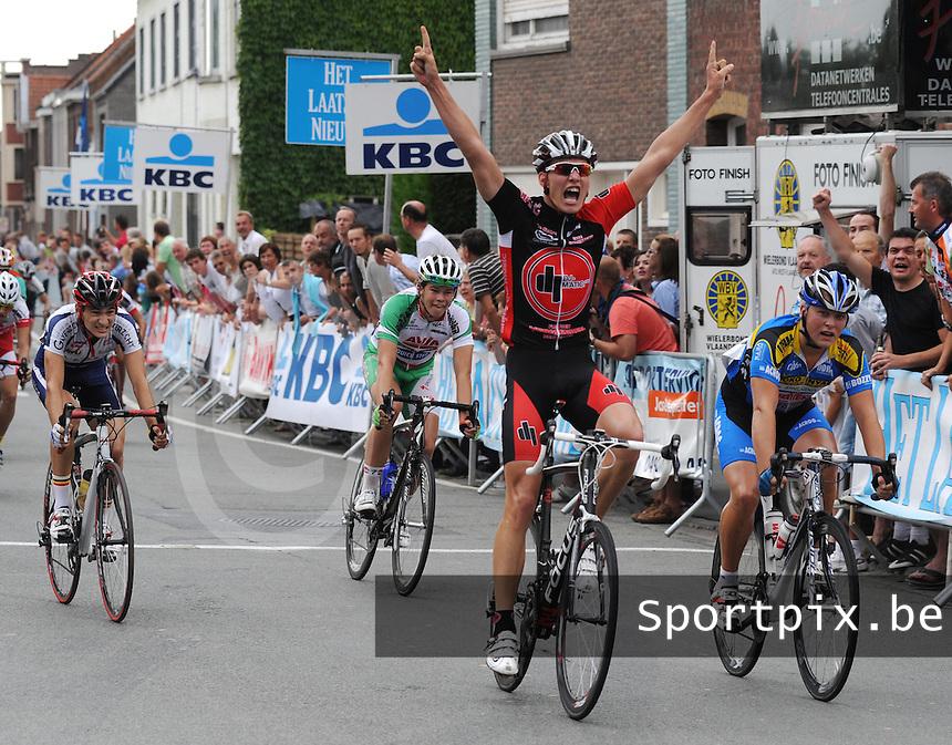 West Vlaanderen Cycling Tour 3de rit Deerlijk : Niels Vanderaerden wint de rit voor Jan Willem Welter (rechts) en Cedric Vanhoutteghem (links).foto VDB / BART VANDENBROUCKE