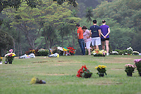 SAO PAULO,SP - 02.11.14 - FINADOS/TUMULO/SENNA - Fãs de Ayrton Senna visitam seu túmulo neste domingo dia de finados(02) no Cemitério Morumbi Zona Sul de São Paulo .( Foto: Aloisio Mauricio / Brazil Photo Press )
