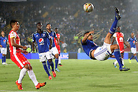 BOGOTA -COLOMBIA, 22-11-2015:Andres Cadavid jugador de Millonarios  disputa el balón con Dario Rodriguez jugador del  Independiente Santa Fe  durante partido por la fecha 20 de la Liga Aguila II 2015 disputado en el estadio Nemesio Camacho El Campin de Bogotá de la ciudad de Bogotá./ Andres Cadavid player of Millonarios  fights for the ball with Dario Rodriguez player of Independiente Santa Fe  during match for the date 20 of the Aguila League II 2015 played at Nemesio Camacho El Campin stadium in Bogota city. Photo: VizzorImage / Felipe Caicedo / Staff