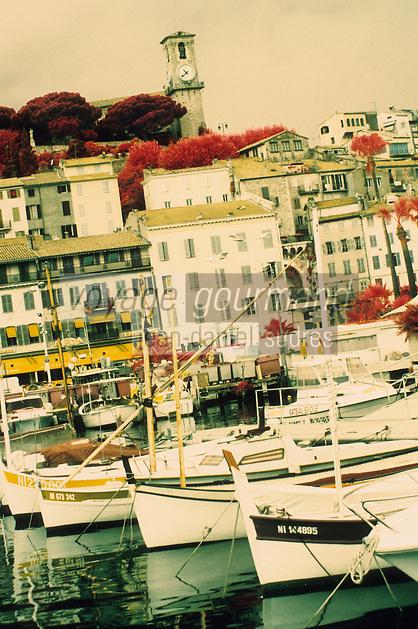 Europe/France/Provence-Alpes-Côtes d'Azur/06/Alpes-Maritimes/Cannes : Le vieux port, le Suquet et l'église Notre-Dame-de-l'Espérance (XVIIème)