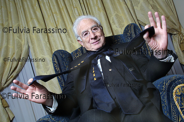 Milano, Francesco Cossiga nella sua camera d'albergo, Milan, Francesco Cossiga in his hotel room © Fulvia Farassino