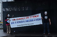 SAO PAULO, 11 DE JUNHO DE 2012 - PROTESTO REDUCAO COMISSARIOS - Integrantres do Sindicato dos Aeronautas protestam contra medida da ANAC para reducao do numero de comissarios de bordo em aeronaves, em frente ao portao de embarque do aeroporto de Congonhas, regiao sul da capital na tarde desta segunda feira. FOTO: ALEXANDRE MOREIRA - BRAZIL PHOTO PRESS
