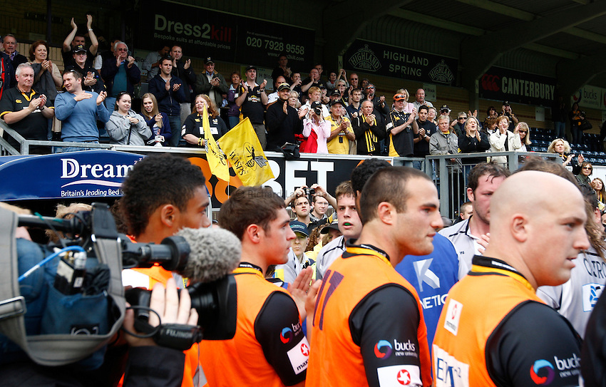 Photo: Richard Lane/Richard Lane Photography. London Wasps v Leicester Tigers. Aviva Premiership. 18/09/2010. Wasps fans applaud the players.