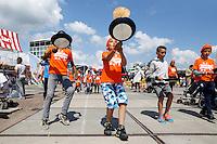 Nederland Amsterdam  2015 06 10 . Landelijke Buitenspeeldag. Honderden kinderen spelen buiten op het NDSM terrein. Pannenkoekenrace