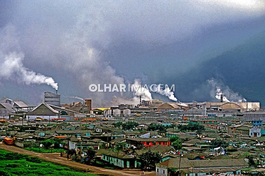 Industrias poluindo o ar em Vila Parisi, Cubatão. 1984. Foto de Juca Martins.