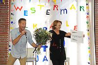 ALGEMEEN: JOURE: Feest vanwege het 40 jarig bestaan van de Westermarskoalle, directeur bestuurder van Primus Wilma van de Venn maakte bekend dat er groen licht is voor de verbouwing op de Westermarskoalle, <br /> Bert Kampherbeek (clusterdirecteur) kreeg de bloemen, &quot;It giet oan&quot;,<br /> &copy;foto Martin de Jong
