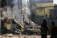 SAO PAULO,SP, 30.01.2014 - EXPLOSÃO / CAMINHAO / POSTO DE GASOLINA - Vista do caminhão que tombou e provocou incêndio em um posto de combustível na Avenida Ragueb Chohfi, em São Mateus, Zona Leste de São Paulo, por volta das 15h40 desta quinta- feira (30). Segundo o Corpo de Bombeiros, às 16h30 o fogo já tinha sido controlado. O motorista do veículo de carga morreu carbonizado. (Foto: William Volcov / Brazil Photo Press).