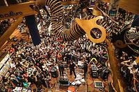 SÃO PAULO,SP, 20 DE ABRIL DE 2013 - LIVRARIA CULTURA - RECORD STORE DAY TOM ZE  - O cantor e compositor Tom Zé ao lado de Daniel Maia e Jarbas Mariz durante apresentação do Pocket Show no projeto Record Store Day na Livraria Cultura do Conjunto Nacional em São Paulo na tarde deste sabado, 20. (FOTO: WILLAM VOLCOV / BRAZIL PHOTO PRESS).