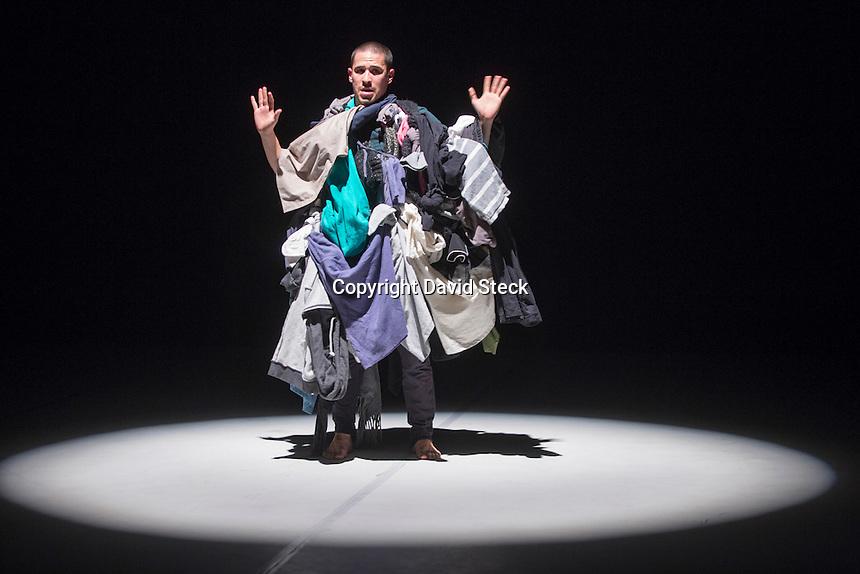 Quer&eacute;taro,Qro, 3 de Mayo 2016.-: Aspectos de las presentaciones de la coreograf&iacute;a &quot;Las Ultimas Cosas&quot;, presentada por el grupo de danza contempor&aacute;nea &quot;En Ning&uacute;n Lugar&quot; en el Museo de la Ciudad.<br /> <br /> La obra trata de ahondar en  &quot;.. las necesidades imperantes, incoherentes y caprichosas, que el ser humano presenta al enfrentarse a la idea del fin de su conciencia. El concepto &quot;auto deconstrucci&oacute;n&quot; es el detonante principal..&quot;. <br /> <br /> Los bailarines Humberto Vega, Sof&iacute;a Quiroz, Melissa Herrada y Lu&iacute;s Rubio lograron en esta coreograf&iacute;a establecer una interacci&oacute;n con el p&uacute;blico.<br /> <br /> Fotograf&iacute;a: David Steck