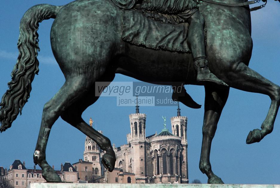 """Europe/France/Rhône-Alpes/69/Rhône/Lyon: Place Bellecour (l'une des plus vastes de France 310m/200m) - La statue équestre Louis XIV (""""Cheval de Bronze"""")et la basilique Notre-Dame-de-Fourvière (1896 gothico-byzantine)"""