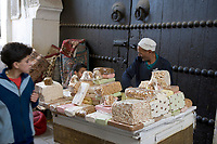 """Afrique/Afrique du Nord/Maroc/Fèz: Dans la médina de Fèz-El-Bali détail d'un étal de nougats et confiserie dans la ruelle """"Montélimar"""""""