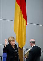Berlin, Bundeskanzlerin Angela Merkel (CDU) hebt am Dienstag (17.12.13) im Bundestag bei ihrer Vereidigung neben Bundestagspr&auml;sident Norbert Lammert (CDU) ihre rechte Hand.<br /> Foto: Steffi Loos/CommonLens