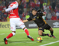 BOGOTA -COLOMBIA- 10-08-2013. Julian Mesa (Der) guardameta   del  Itagui disputa el balon  contra William Zapata<br />  ( Izq)  del Independiente Santa Fe   ,  partido correspondiente a la tercera fecha de la  Liga Postobón segundo semestre disputado en el estadio Nemesio Camacho El Campin     / Julian Mesa goalkeeper (Right) of Itagui fights for the ball against  William Zapata (Left) of Independiente Santa Fe game in the third round of the League Postobón second half played at the Estadio Nemesio Camacho El Campin<br />  Photo: VizzorImage / Felipe Caicedo  / STAFF