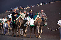 Spanien, Kanarische Inseln, Lanzarote, Timanfaya Nationalpark, Besucher auf Dromedaren