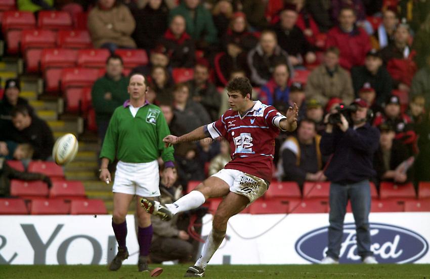 Photo. Richard Lane.Saracens v Colomiers. 16/01/2000. .Laurent Marticorena puts over a penalty.