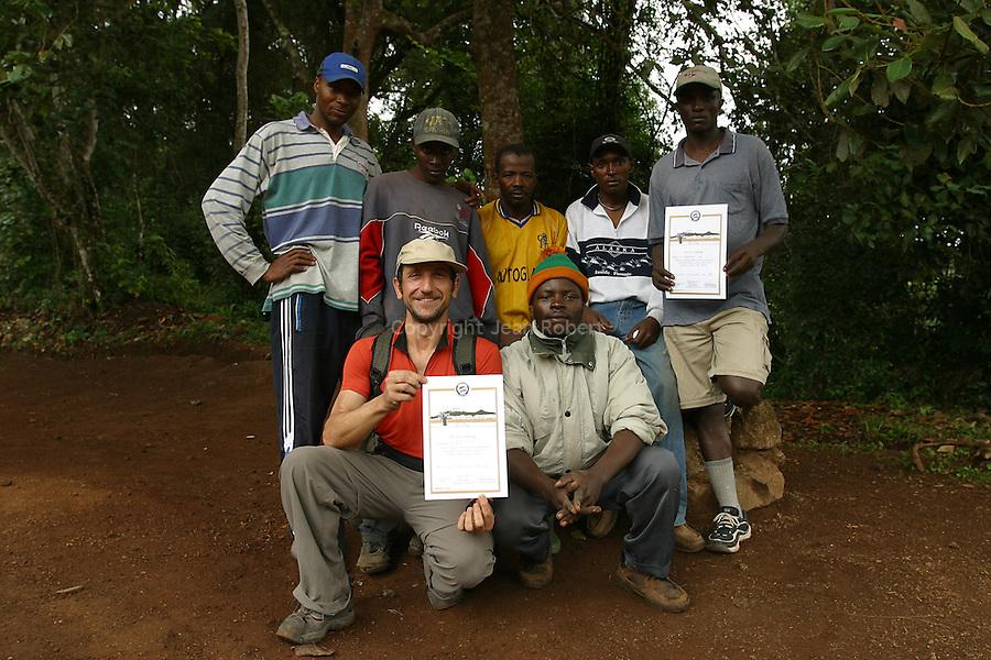 Didier et l equipe de porteurs. A la sortie du parc, les gardes delivrent un certificat d ascension du Kilimandjaro