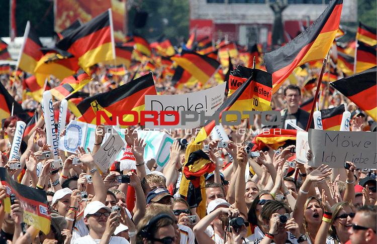 FIFA WM 2006 - Feature Fanmeile Berlin<br /> Verabschiedung / Empfang der Deutschen Nationalmannschaft auf der Berliner Fanmeile vor dem Brandenburger Tor<br /> <br /> Fans mit Deutschland-Fahnen.- Danke Schild<br /> <br /> Foto &copy; nordphoto