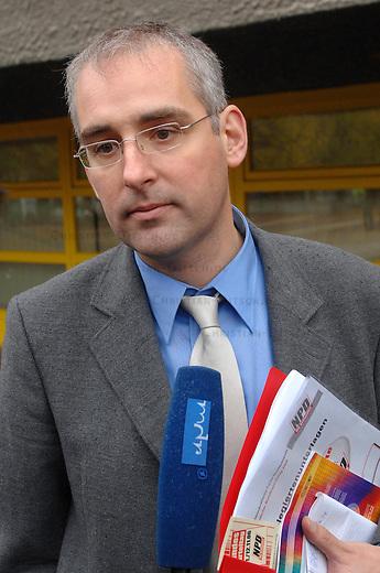 Bundesparteitag der NPD in Berlin<br /> Am Samstag den 11. November 2006 fuehrte die rechtsextreme NPD ihren Bundesparteitag in Berlin-Reinickendorf durch. Ein spontanes Buendnis von CDU, SPD, Gruenen, PDS und Gewerkschaften rief zu einer Protestkundgebung auf. An der Kundgebung nahmen ca. 300 Menschen teil.<br /> Hier: Der NPD-Ideologe Andreas Mohlau (Deutsche Stimme).<br /> 11.11.2006, Berlin<br /> Copyright: Christian-Ditsch.de<br /> [Inhaltsveraendernde Manipulation des Fotos nur nach ausdruecklicher Genehmigung des Fotografen. Vereinbarungen ueber Abtretung von Persoenlichkeitsrechten/Model Release der abgebildeten Person/Personen liegen nicht vor. NO MODEL RELEASE! Nur fuer Redaktionelle Zwecke. Don't publish without copyright Christian-Ditsch.de, Veroeffentlichung nur mit Fotografennennung, sowie gegen Honorar, MwSt. und Beleg. Konto: I N G - D i B a, IBAN DE58500105175400192269, BIC INGDDEFFXXX, Kontakt: post@christian-ditsch.de<br /> Bei der Bearbeitung der Dateiinformationen darf die Urheberkennzeichnung in den EXIF- und  IPTC-Daten nicht entfernt werden, diese sind in digitalen Medien nach &sect;95c UrhG rechtlich geschuetzt. Der Urhebervermerk wird gemaess &sect;13 UrhG verlangt.]