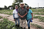 Dago, le chef d'equipe, et deux de ses filles qui travaillent dans les champs. Dago, crew leader, and two of his daughters working in the fields.