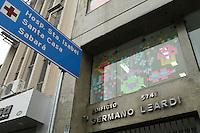 SAO PAULO, SP, 07 FEVEREIRO 2013 -  DECORACAO POSTI-ITS ED GERMANO LEARDI- Vista do Ed Germando Leardi no número 574 da rua da Consolação, no centro de São Paulo, que está decorado com Post-its carnavalescos. Os pequenos papéis coloridos recriam máscaras, confete e serpentina, e estão colados nas janelas dos seis andares do imóvel na região central da capital nessa quinta, 07. (FOTO: LEVY RIBEIRO / BRAZIL PHOTO PRESS)