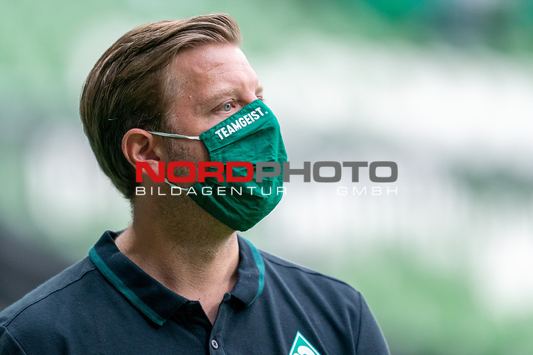Florian Kohfeldt (Trainer SV Werder Bremen) mit CORONA Gesichtsmaske Teamgeist<br /> <br /> <br /> Sport: nphgm001: Fussball: 1. Bundesliga: Saison 19/20: 34. Spieltag: SV Werder Bremen vs 1.FC Koeln  27.06.2020<br /> <br /> Foto: gumzmedia/nordphoto/POOL <br /> <br /> DFL regulations prohibit any use of photographs as image sequences and/or quasi-video.<br /> EDITORIAL USE ONLY<br /> National and international News-Agencies OUT.