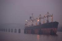 4415/ Zephyros: EUROPA, DEUTSCHLAND, HAMBURG,  02.11.2005: ..Seelenverkaeufer Zephyros auf Reede im Hamburger Hafen in der Norderelbe westlich der Elbbruecken. .Eine Reede ist ein Ankerplatz vor einem Hafenort oder vor der Mündung einer Wasserstraße...Schiffe warten hier auf die Einfahrt zum Hafen, Kanal oder Fluss. Andere Schiffe werden geleichtert (auf kleine Schiffe umgeladen). ..