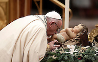 Papa Francesco bacia la statua del Bambino Gesù al suo arrivo nella Basilica di San Pietro x la preghiera dei Primi Vespri e Te Deum in ringraziamento per l'anno trascorso. Città del Vaticano, 31 dicembre 2016.<br /> Pope Francis kisses a statue of the Divine Infant as he celebrates the new year's eve Vespers and Te Deum prayer in Saint Peter's Basilica at the Vatican, on December 31, 2016.<br /> UPDATE IMAGES PRESS/Isabella Bonotto<br /> <br /> STRICTLY ONLY FOR EDITORIAL USE
