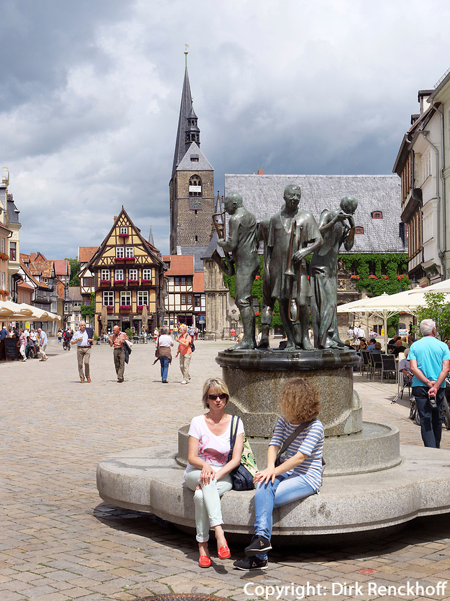 Markt mit Brunnen, Fachwerkh&auml;usern und Rathaus, Quedlinburg, Sachsen-Anhalt, Deutschland, Europa, UNESCO-Weltkulturerbe<br /> fountain, townhall and halftimbered houses at Markt sqare in Quedlinburg, Saxony-Anhalt, Germany, Europe, UNESCO World Heritage