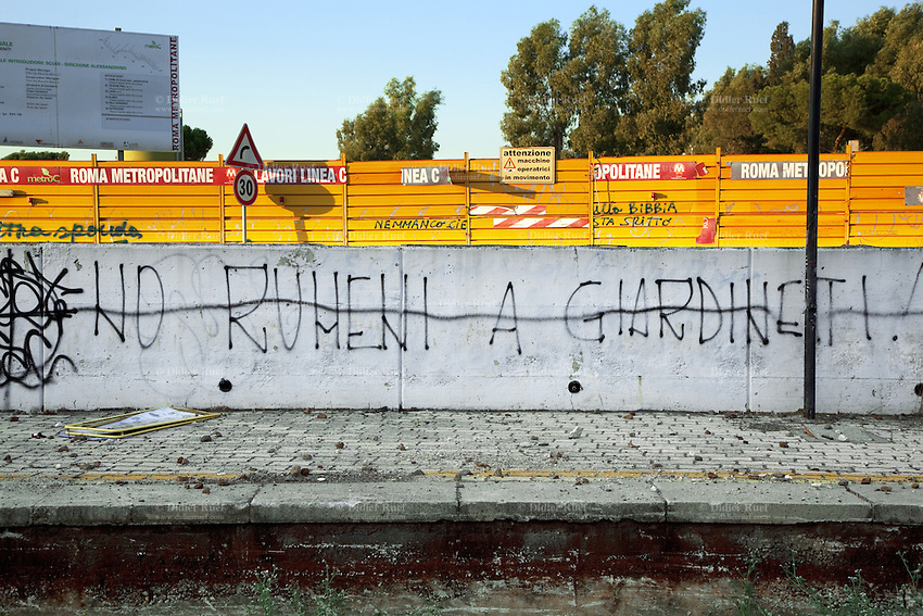Italy. Lazio region. Rome. On Via Casilina, an unknown person wrote a graffiti on the concrete wall whichs says no to romanian immigration in Giardinetti. Racism. Giardinetti is a suburb of Rome. Construction of the C line of the subway is under way. 1.10.2011 © 2011 Didier Ruef
