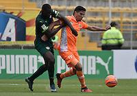 BOGOTÁ -COLOMBIA, 05-03-2017: Dairin Gonzalez (Izq) de La Equidad disputa el balón con Joseph Cox (Der) de Envigado FC durante partido por la fecha 8 de la Liga Águila I 2017 jugado en el estadio Metropolitano de Techo de la ciudad de Bogotá./ Dairin Gonzalez (L) player of La Equidad fights for the ball with Joseph Cox (R) player of Envigado FC during the match for the date 8 of the Aguila League I 2017 played at Metropolitano de Techo stadium in Bogotá city. Photo: VizzorImage/ Gabriel Aponte / Staff