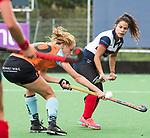HUIZEN  -  Marle Brenkman (Gro) met Mirte Jansen (HUI)   , hoofdklasse competitiewedstrijd hockey dames, Huizen-Groningen (1-1)   COPYRIGHT  KOEN SUYK