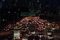 SÃO PAULO-SP-22,08,2014-TRÂNSITO/MARGINAL PINHEIROS  - O Motorista segue com alguma lentidão na Marginal Pinheiros sentido Interlagos.Região Oeste da cidade de São Paulo,na noite dessa sexta-feira,22(Foto:Kevin David/Brazil Photo Press)