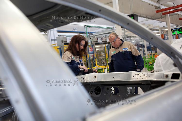 Torino: operai dello stabilimento Maserati Gianni Agnelli Plant durante l'avvio della produzione della nuova Maserati 4 porte...Turin: workers in the new Maserati plant dedicated to Gianni Agnelli. .It will produce the new model of Maserati Quattroporte.
