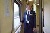 Julia Omelchenko, 36 Jahre alt, aus Otscheretyne, Zugschaffnerin/<br /><br />Ab dem 11.Juni k&ouml;nnen Ukrainer ohne Visum f&uuml;r 90 Tage in die EU. Portraits von Ukrainern/<br /><br />&bdquo;Dass die Ukrainer bald ohne Visum in die EU reisen k&ouml;nnen, freut mich sehr. Ich finde, es ist wichtig, dass meine Landsleute sehen, wie andere Menschen leben. Im Moment plane ich selbst keine Reise, weil ich mir das finanziell nicht leisten kann. Ich bekomme umgerechnet etwa 100 Euro im Monat. Ich glaube, meinen n&auml;chsten Urlaub verbringe ich lieber wieder in der Westukraine, in den Karpaten. Aber eines Tages hoffe ich, nach Deutschland reisen zu k&ouml;nnen. Ich mag es, unterwegs zu sein, deswegen liebe ich auch meine Arbeit. Jeden Tag treffe ich neue Leute und sehe etwas Neues. Ich bin st&auml;ndig m&uuml;de, weil diese Arbeit auch sehr anstrengend ist. Die Route, auf der ich arbeite, dauert 20 Stunden. Vom Osten des Landes bis nach Kiew. Und dann 20 Stunden zur&uuml;ck. Im Moment f&auml;llt es mir jedoch schwer, vom Zuhause wegzufahren. Ich wohne in Otscheretyne in der N&auml;he von Awdijiwka an der Front. Es gibt immer noch st&auml;ndig Beschuss. Ich bekomme Panik, wenn ich meine Schicht antreten muss, und in dieser Zeit die Artillerie-Ger&auml;usche lauter werden. Mein Sohn ist 11 Jahre alt, er bleibt dann bei meinen Eltern. Nat&uuml;rlich passen sie auf ihn auf, aber ich bin trotzdem st&auml;ndig in gro&szlig;er Sorge. Was, wenn eine Rakete unser Haus trifft?&ldquo;