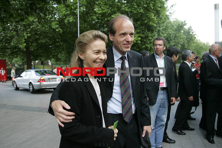 FIFA WM 2006 - Promis in Hannover in der Fifa Arena<br /> <br /> Gast Bundesministerin fuer Fam. Dr. Ursula von der Leyen mit Ehemann Prof. Dr. Heiko E. von der Leyen.<br /> <br /> <br /> Foto &copy; nordphoto