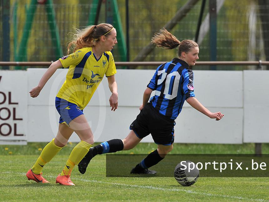 Club Brugge Dames - STVV Sint Truidense VV : Charlotte Cranshoff aan de bal voor Bieke Vandenbussche (r).foto DAVID CATRY / Nikonpro.be
