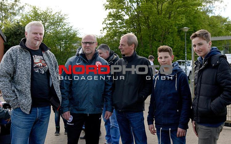 01.05.2015, Trainingsgelaende, Bremen, GER, 1.FBL, Training Eintracht Frankfurt, im Bild Thomas Schaaf (Trainer Eintracht Frankfurt, 2. von links)<br /> <br /> Foto &copy; nordphoto / Frisch