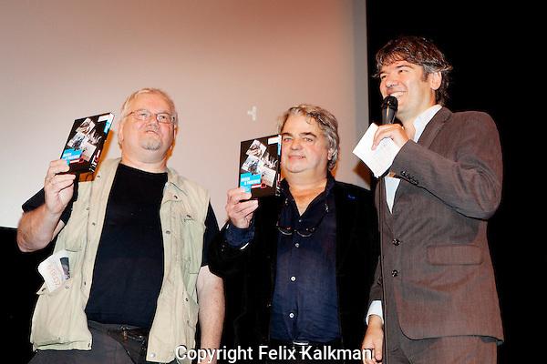 Utrecht, 30 september 2012.Nederlands Film Festival 2012, NFF.Uitreiking DVD met verzameld werk van Jan Musch (midden) en Tijs Tinbergen (links)..Foto Felix Kalkman