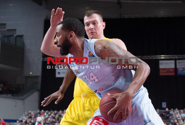 10.02.2019, &Ouml;VB Arena, Bremen, GER, easy Credit-BBL, Eisb&auml;ren Bremerhaven vs EWE Baskets Oldenburg, im Bild<br /> am Ball.....<br /> Keith BENSON ( Eisb&auml;ren Bremerhaven #34 )<br /> Rasid MAHALBASIC (EWE Baskets Oldenburg #24 )<br /> Foto &copy; nordphoto / Rojahn